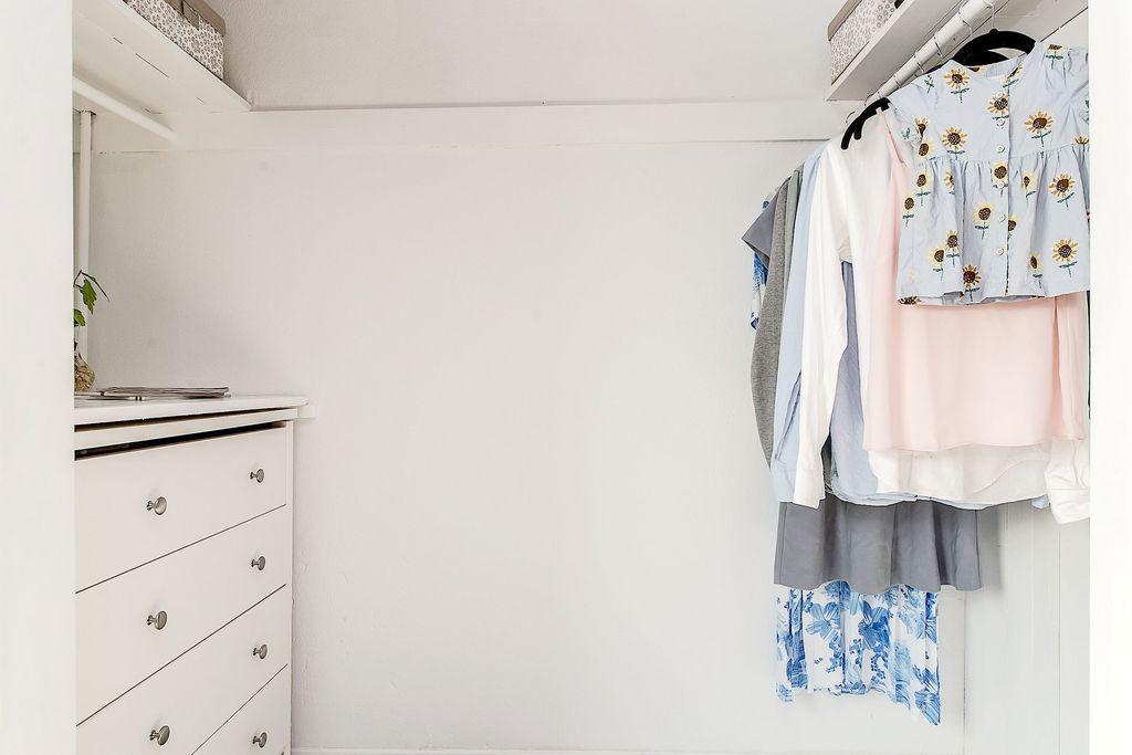 Öppen klädkammare i sovrummet