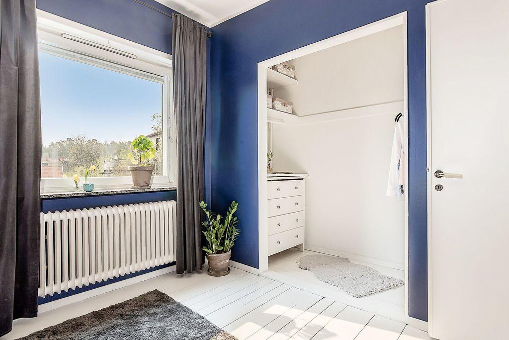 Sovrum med öppen klädkammare