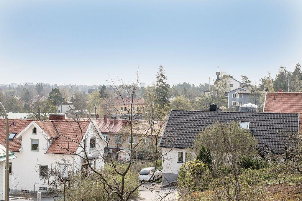 Mälarhöjdens centrum och kyrka syns från vardagsrum och sovrum
