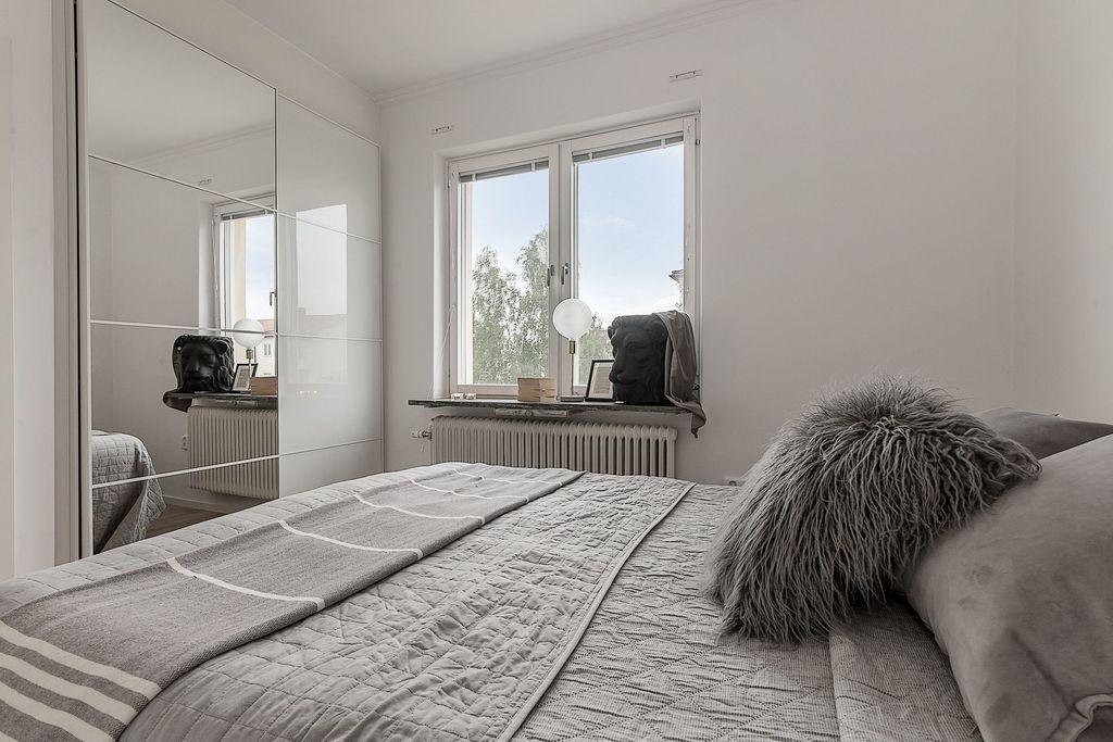 Sovrum med stor garderob med skjutdörrar