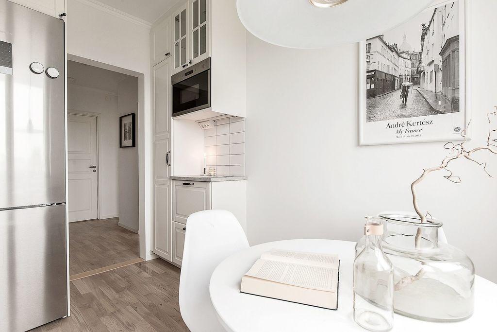 Rostfria vitvaror, inbyggd micro och vitrinskåp pryder köket