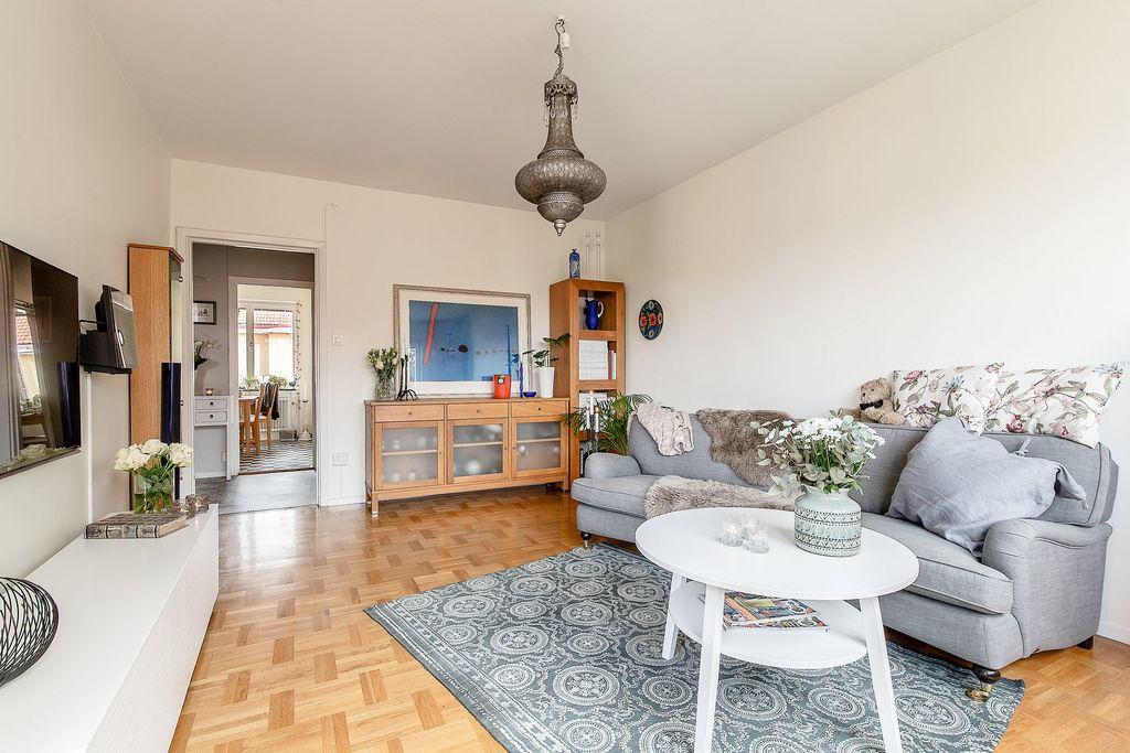 Vardagsrummet med glimt in i hall och matrum