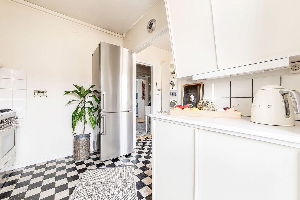 Köket med glimt ut i hallen