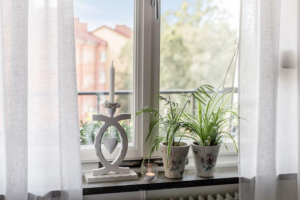 Sovrumsfönstret ovanför balkongen
