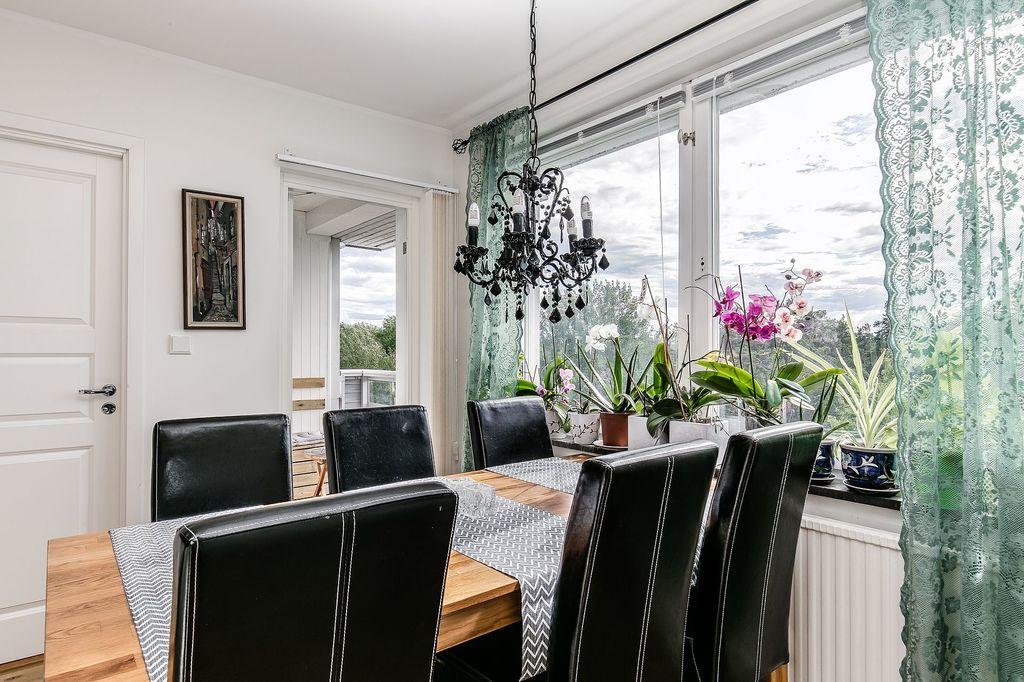 Matplats i kök med utgång till balkong