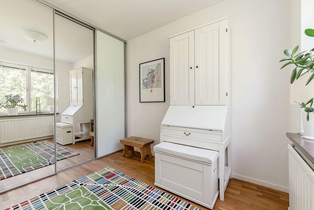 Sovrum på entréplan med hel garderobsvägg