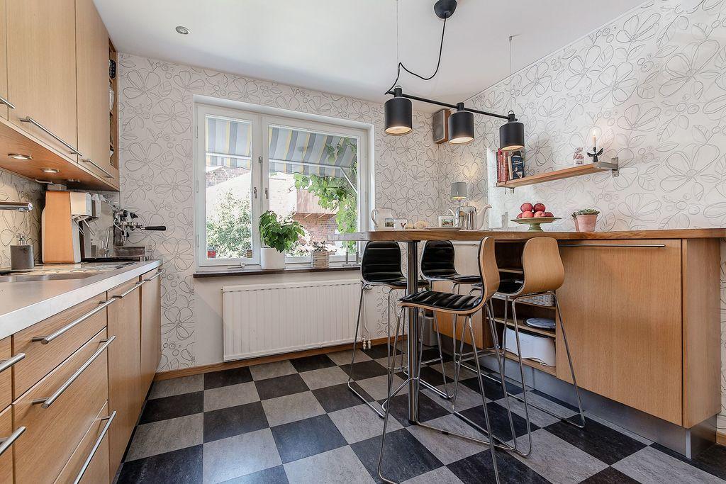Kök med platsbyggt köksbord