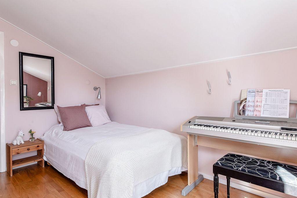Sovrummet med vy från balkongdörren