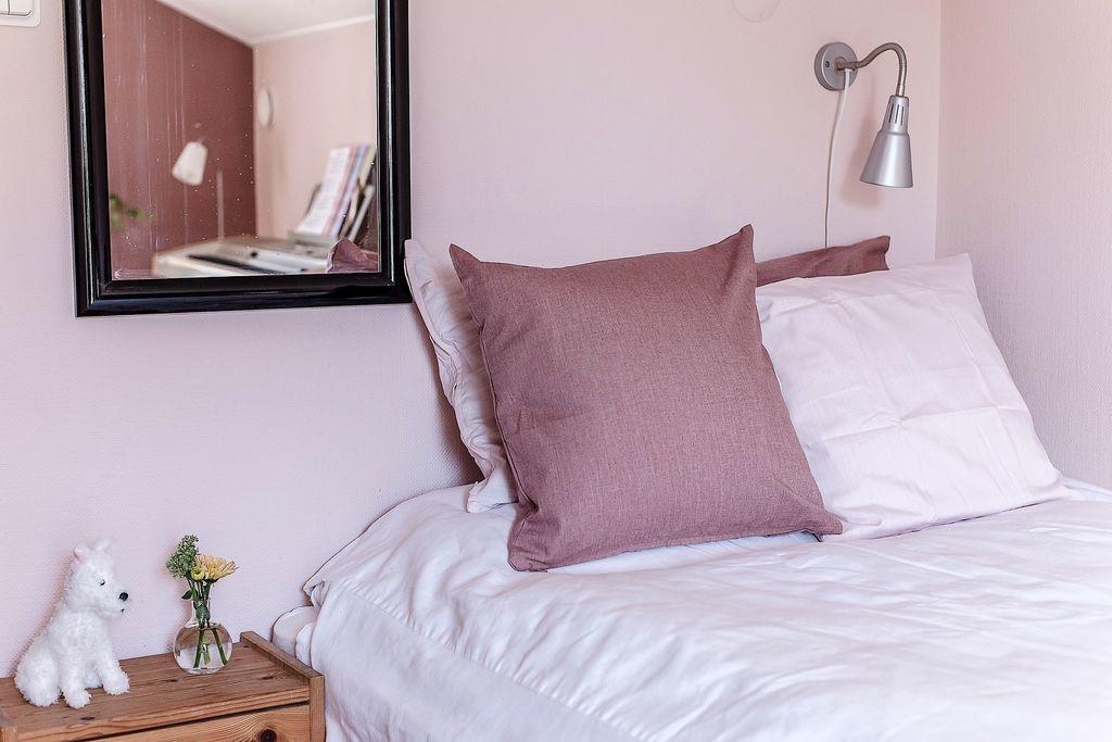 Närbild i sovrummet med spegelbild