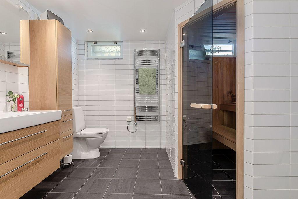 Det nedre badrummet med bastu
