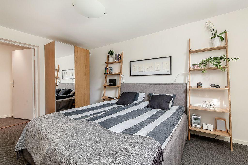 Sovrum på källarplan med garderober