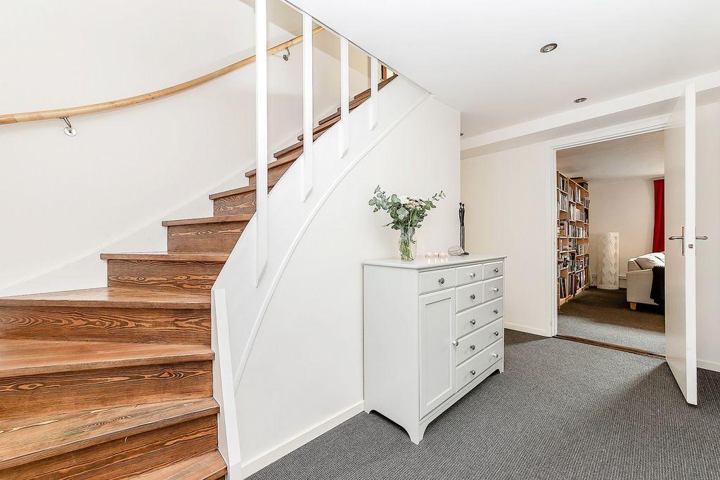Vacker trappa mellan entréplan och källarplan