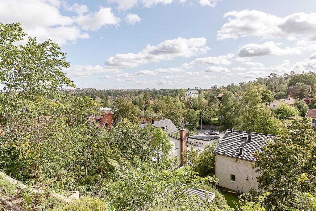 Utsikt från uteplatsen på innergården