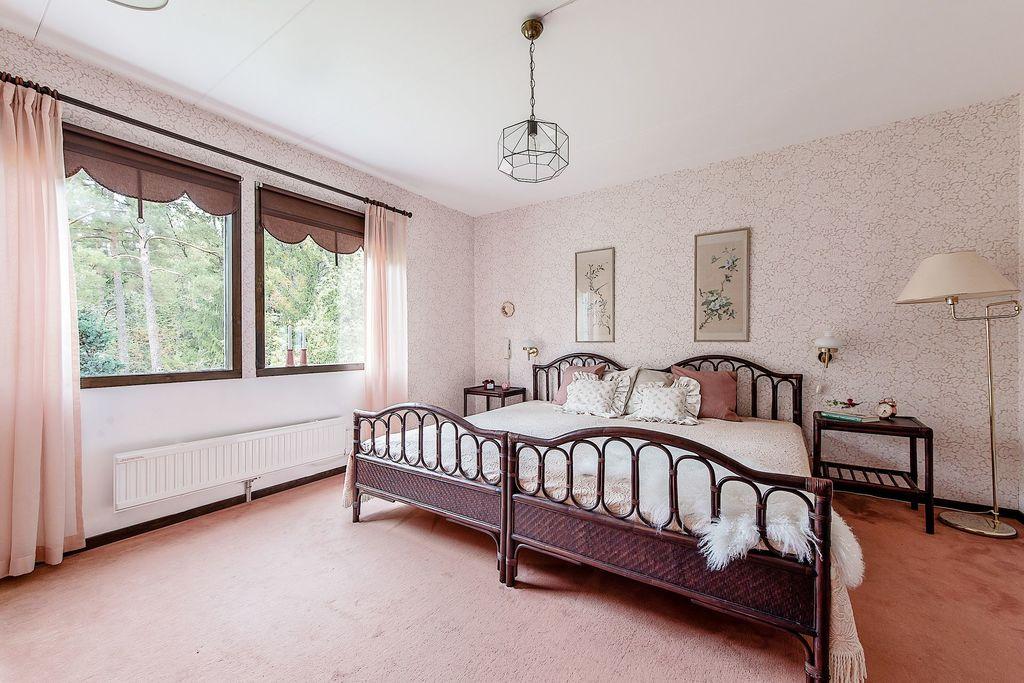 Dubbelfönster i Master bedroom