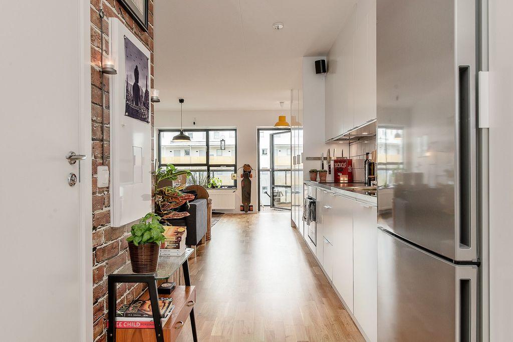 Del av kök och vardagsrummet skymtar