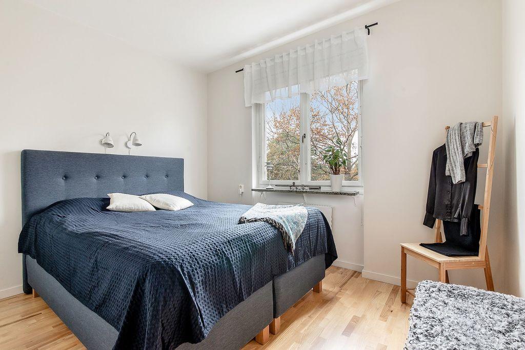 Master Bedroom med fönster utan insyn