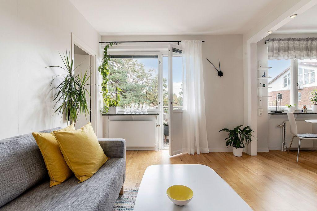 Vardagsrum med glimt in i köket