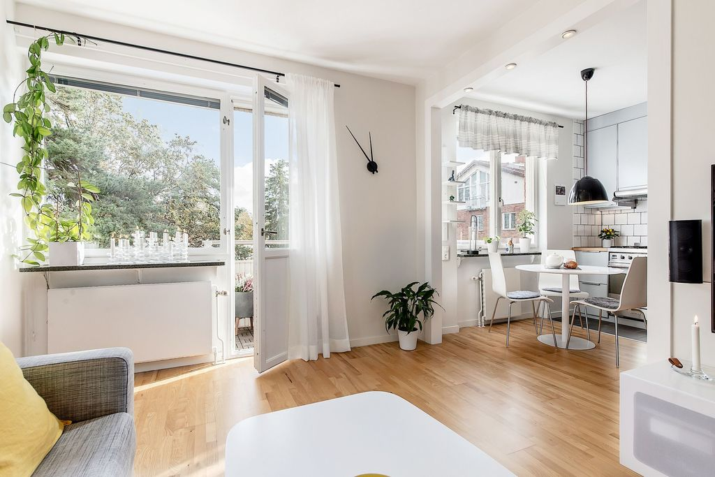 Öppen planlösning mellan vardagsrum och kök