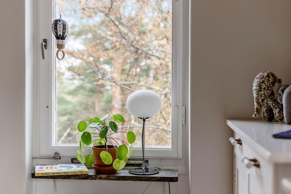 Fönster i det lilla sovrummet utan insyn