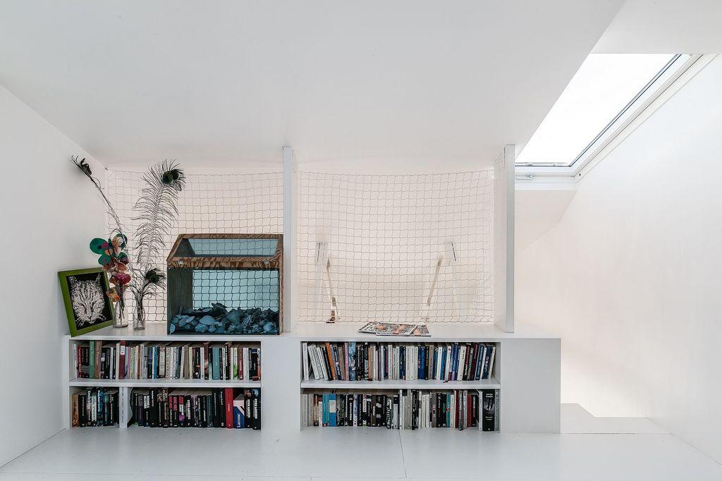 Det övre allrummet med inbyggda hyllor