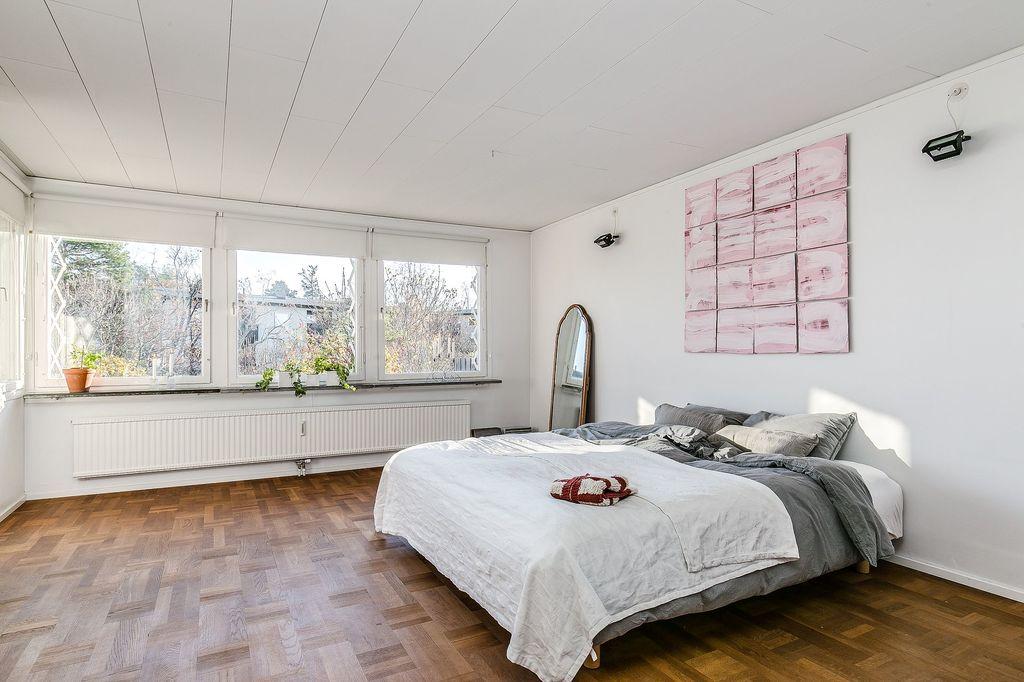 Master bedroom med stort fönsterparti