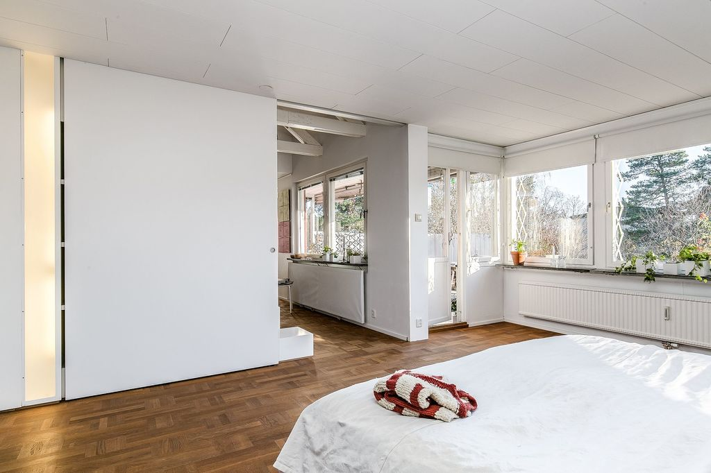Master bedroom med utgång till altanen samt stor skjutdörr