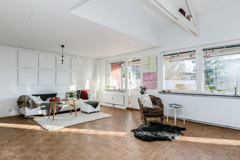 Stort vardagsrum med stora fönsterpartier