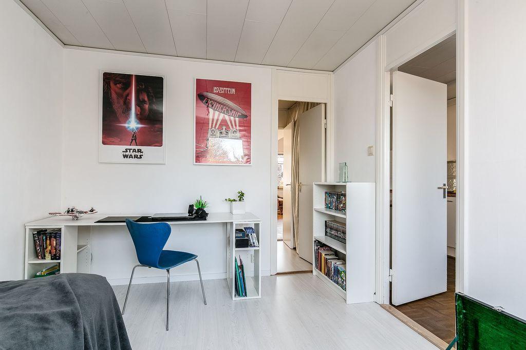 Sovrummet innanför köket med vy mot klädkammare och kök