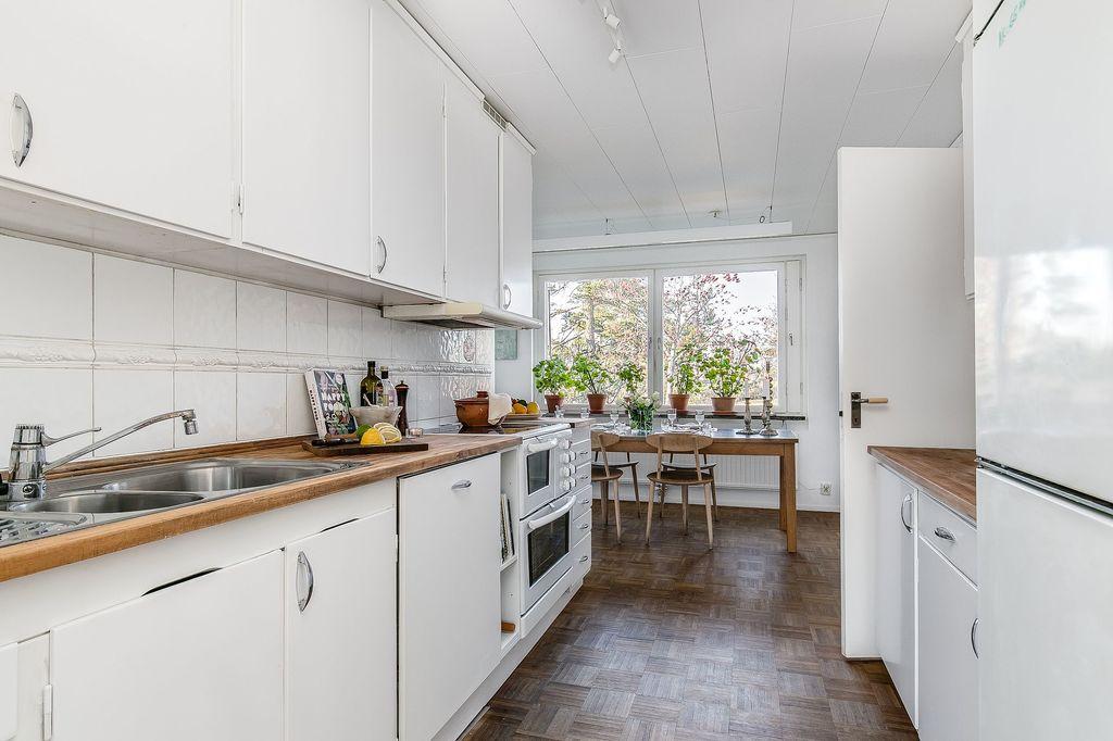 Köket med renoverade originalluckor