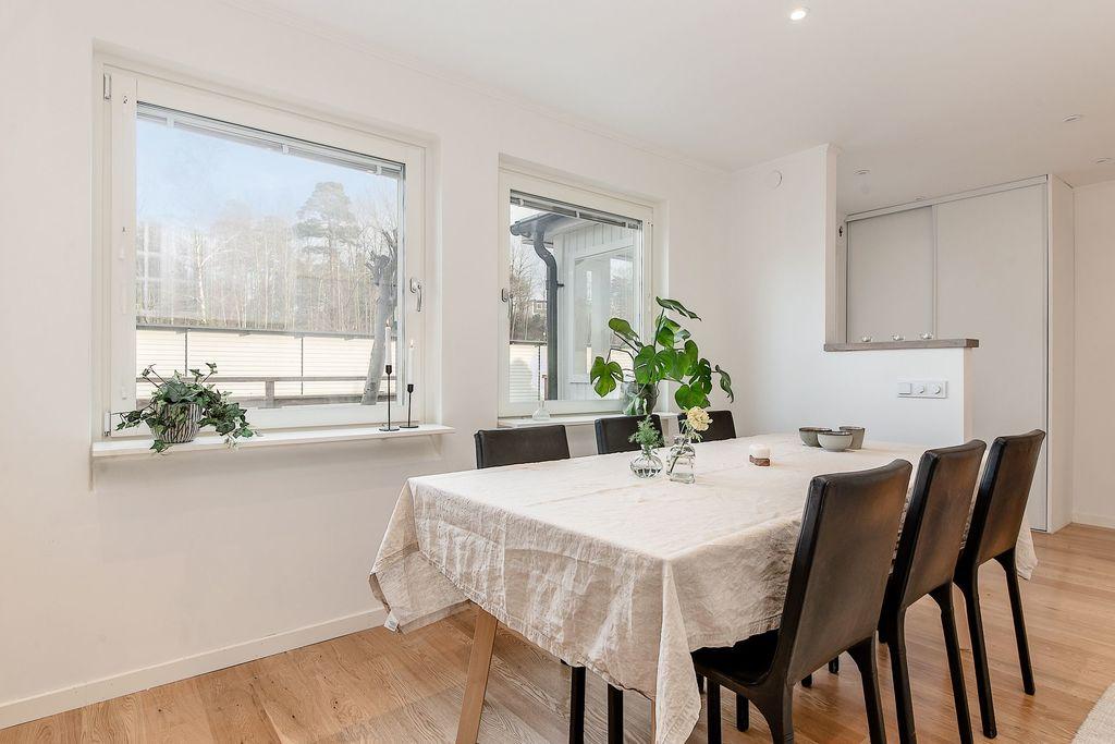 Matplats i köket med dubbelfönster