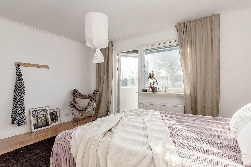 Master bedroom med egen utgång till altanen