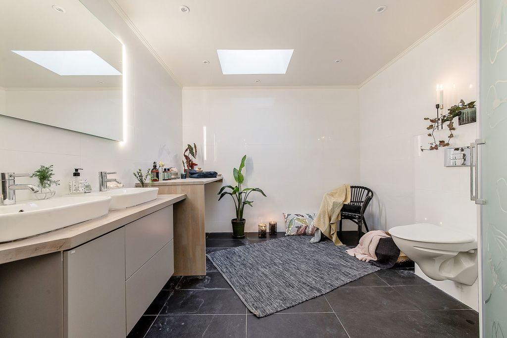 Stort badrum med plats för hörnbadkar eller bastu