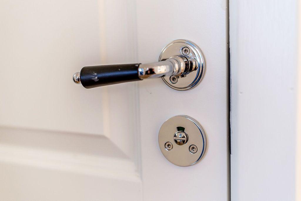 Nya dörrar och nya handtag i hela lägenheten