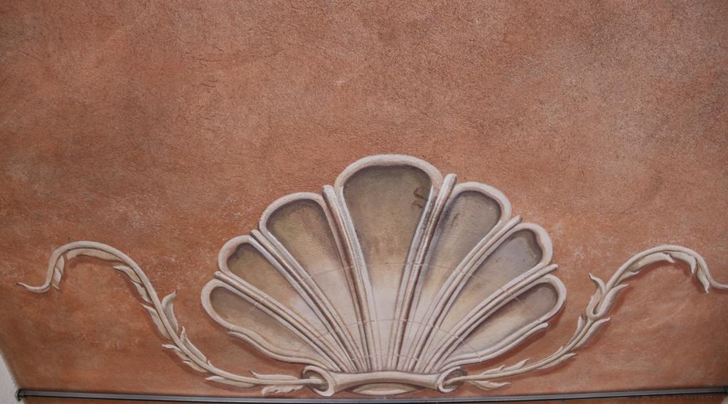 Del av takmålningen vid entrén