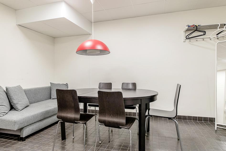 Matbord och soffa i uthyrningslägenheten.jpg