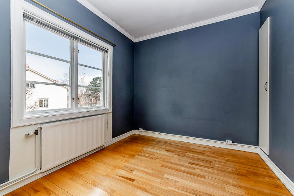 Sovrum, fönster mot innergård, inbyggd garderob