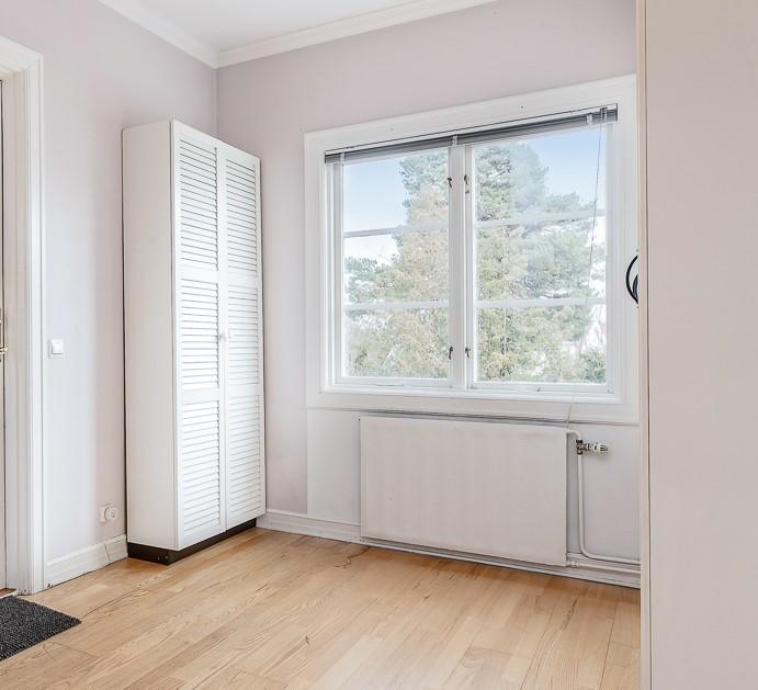 Hall, fönster mot innergård