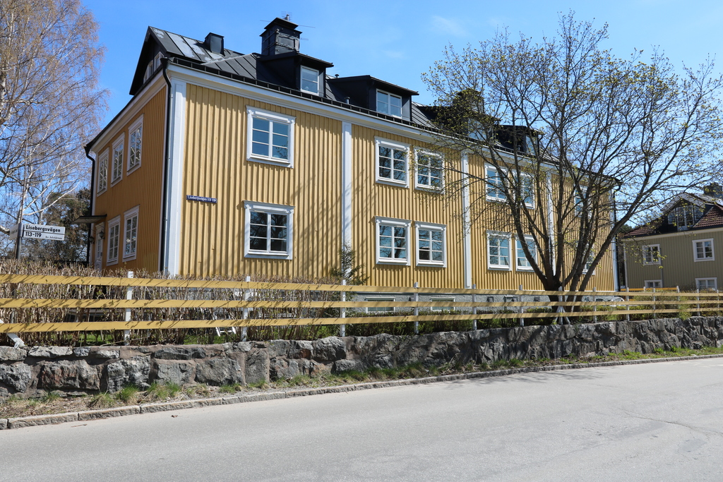 Fasad mot Lisebergsvägen Fönster, andra våningen, andra och tredje från höger.