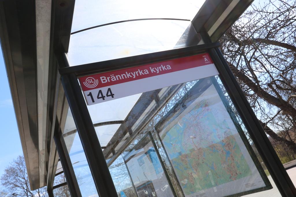Brännkyrka kyrka busshållplats, tre minuters gångväg från porten. Tjugo minuter till Gullmarsplan, fem minuter till Älvsjö Station