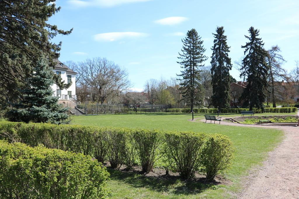 Örby slottspark, på sommaren med fontän och stor plaskdamm för barn och unga.
