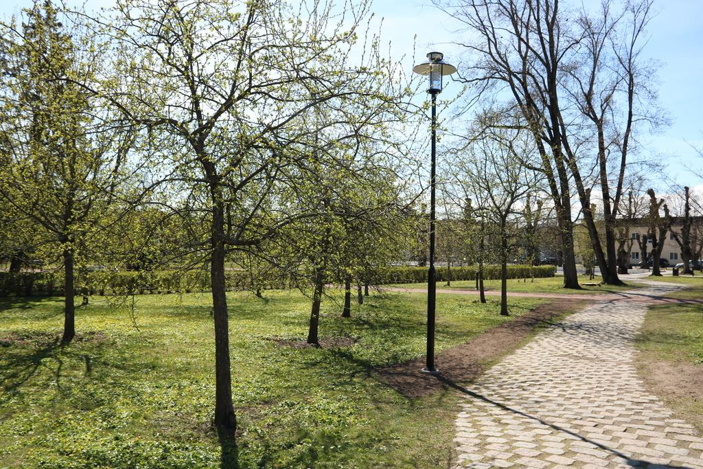 Örby slottspark, med Sjöängsskolan i bakgrunden