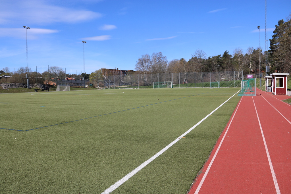 Lisebergs fotbollsplan. Här finns också basketkorgar och löpbanor