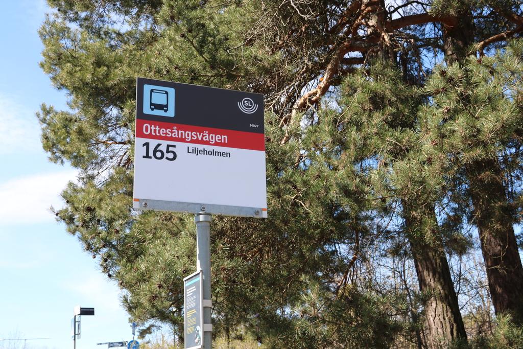 Ottesångsvägens busshållplats, tre minuters gångväg från porten. Tjugotvå minuter till Liljeholmen.