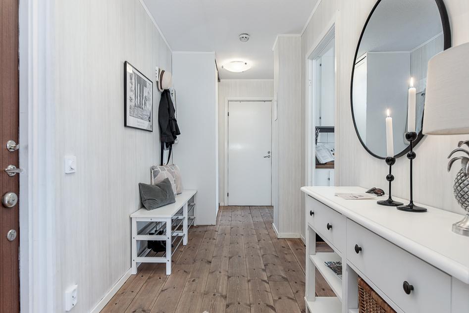 Hall mot sovrum och badrum