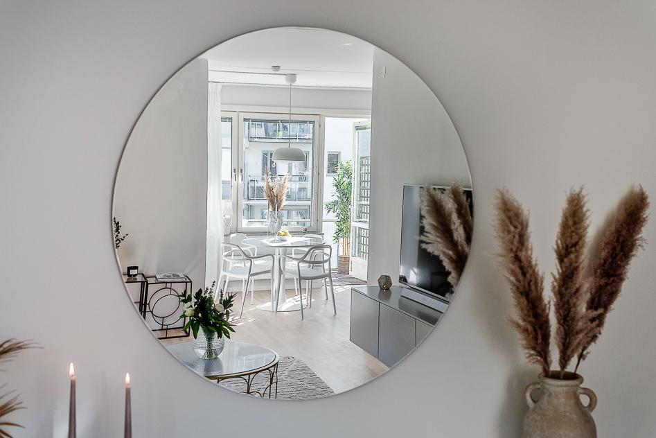 Glimt mot köket via spegel