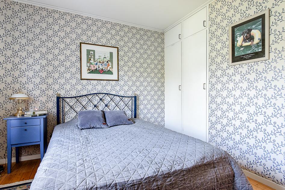 Master bedroom med inbyggda garderober