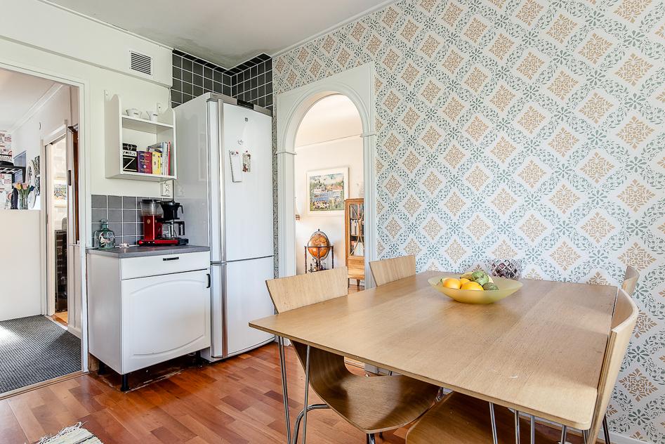 Köket med vy mot hall och vardagsrum