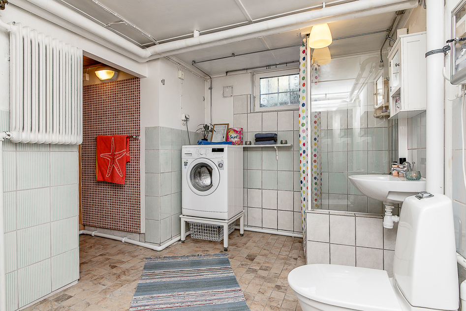 Badrum med  duschhörna och bastun