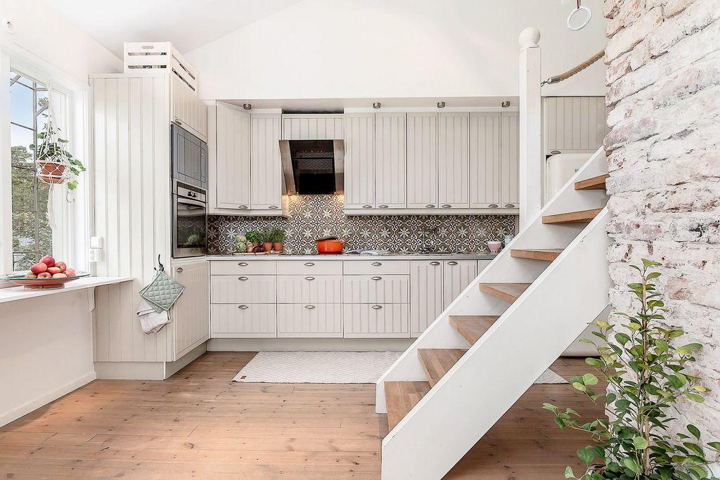Köket och trappan upp