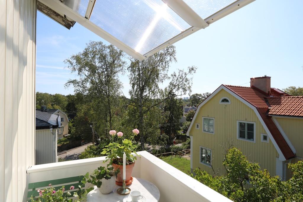 Utsikt från balkongen mot Sankt Mickelsgatan